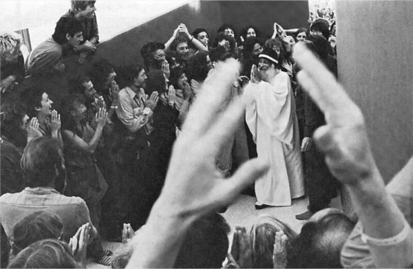 osho greeted by sannyasins in rajneeshpuram